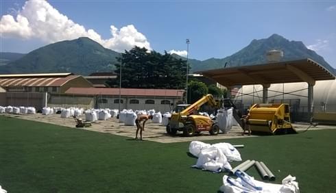Requalificação do terreno de jogo através da remoção e eliminação do velho tapete em grama sintét...