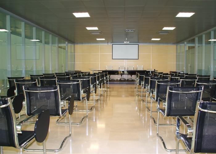 Localizado dentro do sede central, a moderna sala de conferências.
